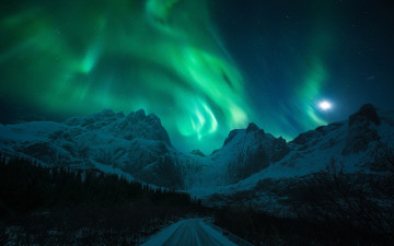Картинка природа северное+сияние night the moon road northern lights winter mountains light snow