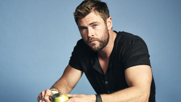 обоя мужчины, chris hemsworth, актер, рубашка, нож, яблоко