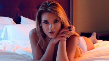 Сексуальная красотка Nessy в своей кровати