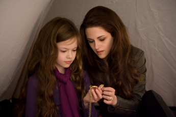 обоя кино фильмы, the twilight saga,  breaking dawn part 2, kristen, stewart, mackenzie, foy, ренесме, палатка, мать, дочь